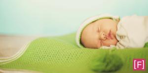Como fazer o bebê dormir a noite toda - Bebê dormindo com fundo verde
